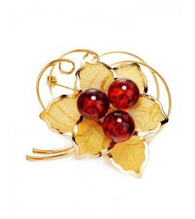 Брошь Beoluna, украшенная натуральным искрящимся янтарём вишнёвого цвета