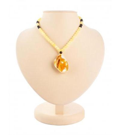"Stylish necklace made of natural honey-colored amber ""Laura"""